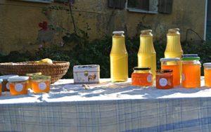 Privater Verkaufsstand mit Marmeladengläsern und Kasse des Vertrauens