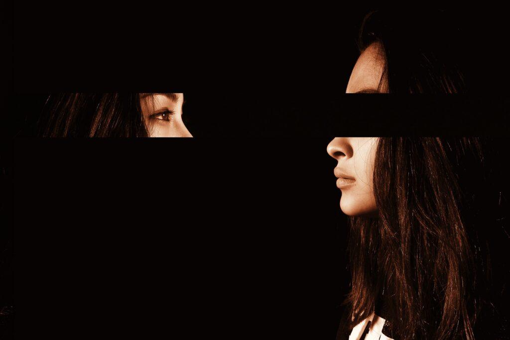 Gespiegeltes Augenpaar blickt auf sich selbst
