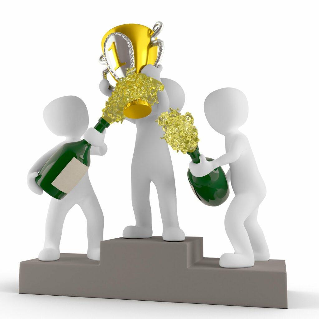 Siegertreppchen, der Sieger hält einen goldenen Pokal