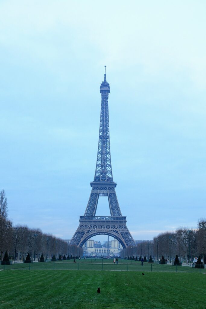 Foto vom Eiffelturm in Paris, im Vordergrund das Märzfeld