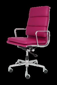 Ein Magenta-Farbener Bürostuhl auf Rollen