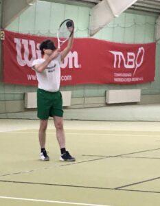 Lars Stetten in der Tennishalle beim Blindentennis
