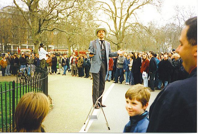 Ein Mann spricht vor Publikum im Speaker's Corner im Hyde Park London