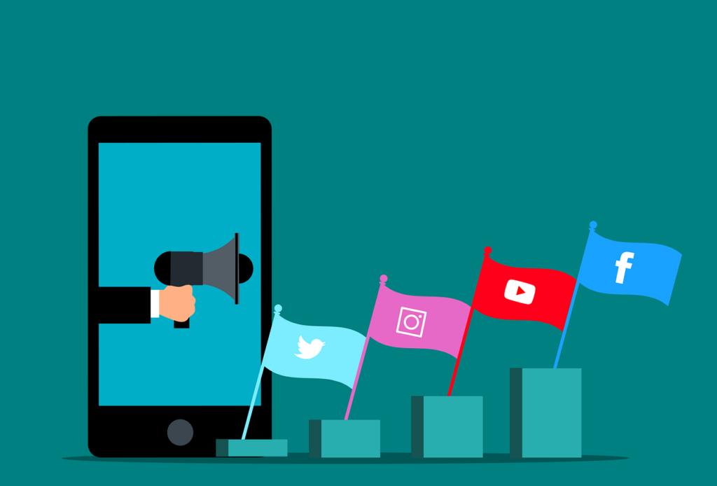 Zeichnung von einer Hand, die ein Megaphon aus einem Handy hält und die Fahnen von Twitter, Instagram, Youtube und Facebook wehen leicht zur Seite.